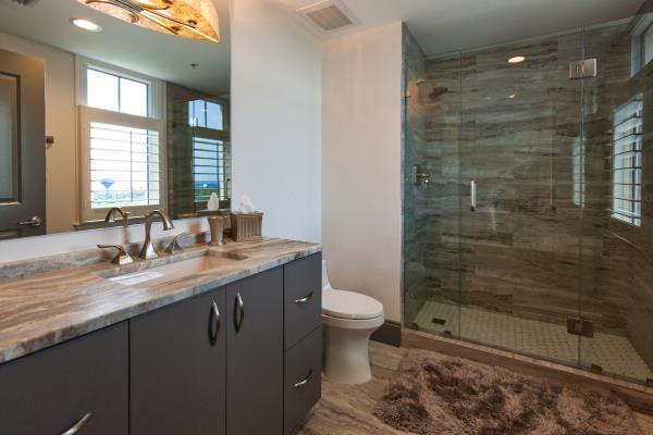 Natural Materials Accentuate Transitional Bath Design